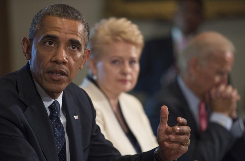 Prezydent Obama (z lewej) wygłosił oświadczenie w trakcie spotkania z prezydentem Litwy Dalią Grybauskaite (w środku) /JIM WATSON /AFP