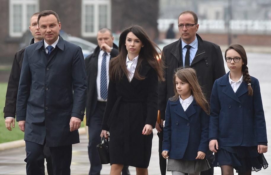 Prezydent oraz Marta Kaczyńska z córkami w drodze do Krypty pod Wieżą Srebrnych Dzwonów na Wawelu /Jacek Bednarczyk /PAP