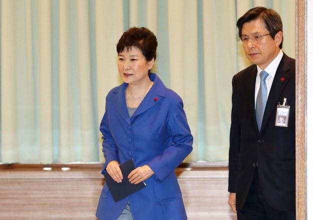 Prezydent Park Geun Hie (z lewej) nie sprawuje urzędu od 9 grudnia /STRINGER /PAP/EPA