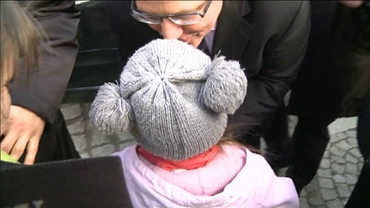 Prezydent pociesza płaczącą dziewczynkę, która nie dostała wymarzonego autografu /TVN24/INTERIA.PL