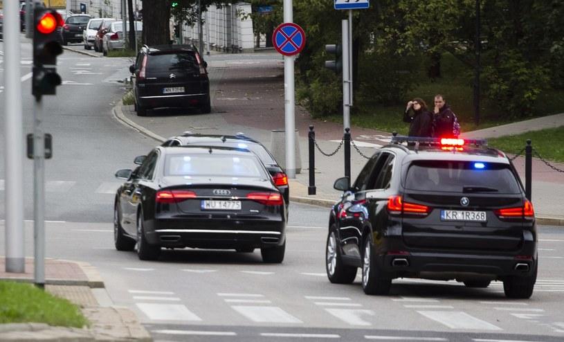 Prezydent porusza się zgoła innymi (czytaj: znacznie lepszymi) samochodami, niż jego pracownicy. Ale luksusowe limuzyny i SUVy nie należą do Kancelarii Prezydenta, lecz do BORu. /Krystian Dobuszyński /Reporter