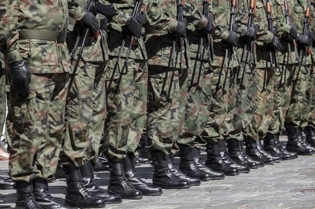Prezydent pożegna się z żołnierzami podwyżką. Dostaną nawet 550 zł /123RF/PICSEL