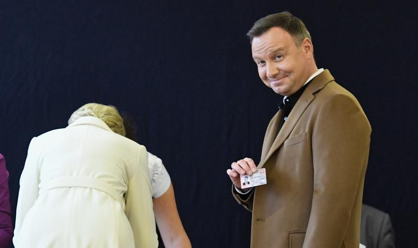 Prezydent pozuje do zdjęcia z dowodem osobistym /Jacek Bednarczyk   /PAP