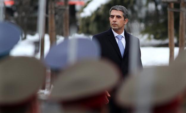 Prezydent Rosen Plewnelijew podczas przeglądu gwardii honorowej /AFP