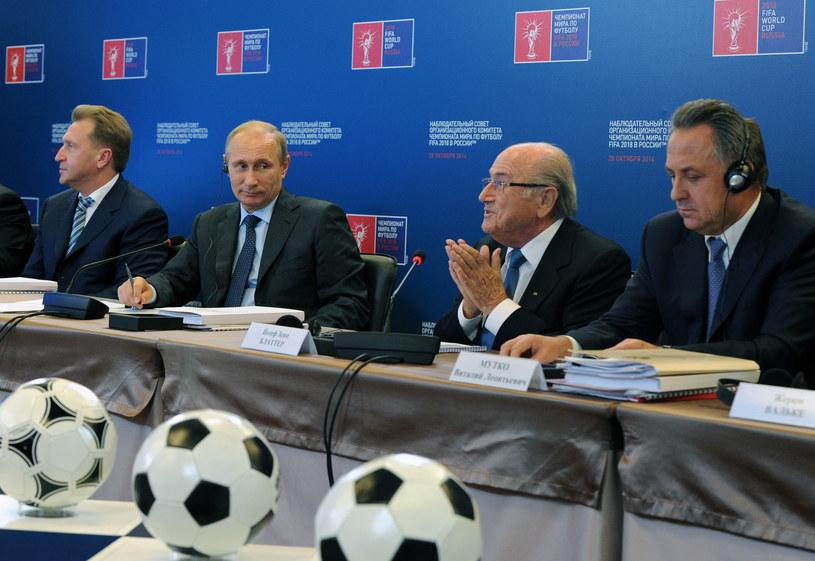 Prezydent Rosji Władimir Putin (drugi z lewej) i Sepp Blatter (drugi z prawej) /POOL / MIKHAIL KLIMENTYEV /AFP