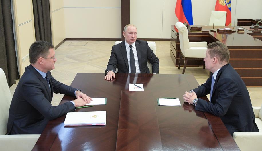 Prezydent Rosji Władimir Putin podczas narady z ministrem energetyki Aleksandrem Nowakiem i szefem Gazpromu Aleksiejem Millerem /ALEXEI DRUZHININ/SPUTNIK/KREMLIN POOL /PAP/EPA