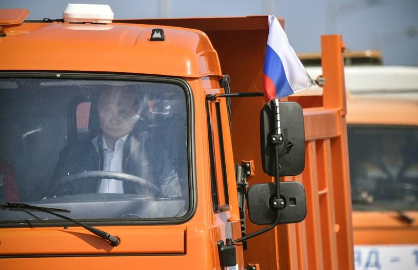 Prezydent Rosji Władimir Putin w trakcie inauguracyjnego przejazdu mostem krymskim /AFP