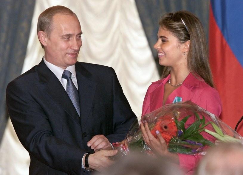 Prezydent Rosji Władimir Putin z Aliną Kabajewą, czerwiec 2001 /POOL/SERGEI CHIRIKOV /AFP