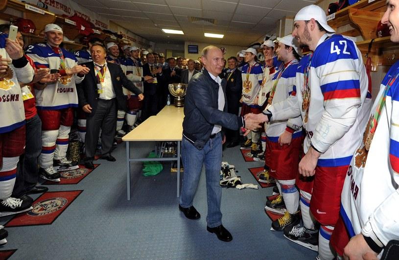 Prezydent Rosji Władymir Putin w szatni świeżo upieczonych mistrzów świata. /AFP