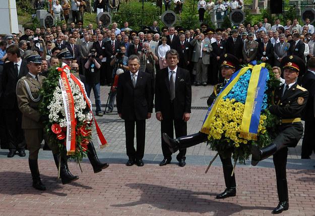 Prezydent RP Aleksander Kwaśniewski i prezydent Ukrainy Wiktor Juszczenko składają wieńce na Cmentarzu Orląt /Adam Chełstowski /Agencja FORUM