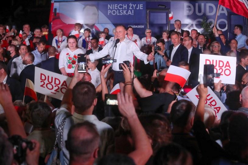 Prezydent RP Andrzej Duda (C) podczas spotkania z mieszkańcami miasta w Strzelcach (woj. łódzkie) /Roman Zawistowski /PAP