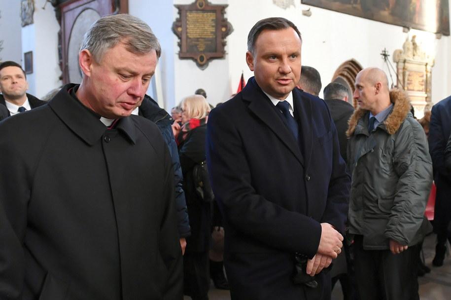Prezydent RP Andrzej Duda i ks. Ireneusz Bradtke / Adam Warżawa    /PAP
