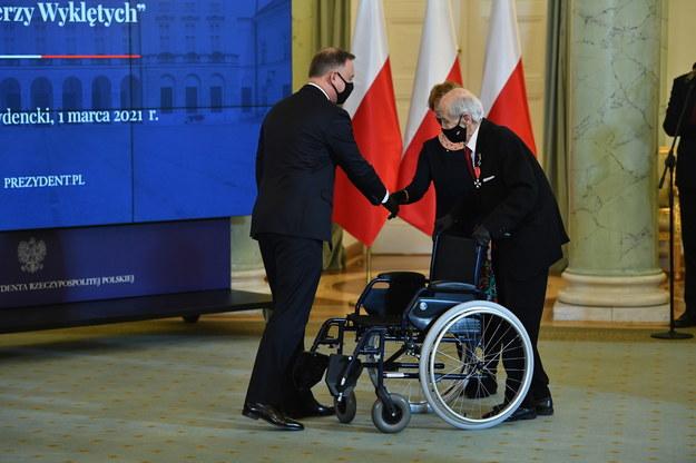 Prezydent RP Andrzej Duda (L) oraz odznaczony Krzyżem Kawalerskim Orderu Odrodzenia Polski Tadeusz Prus /Radek  Pietruszka /PAP