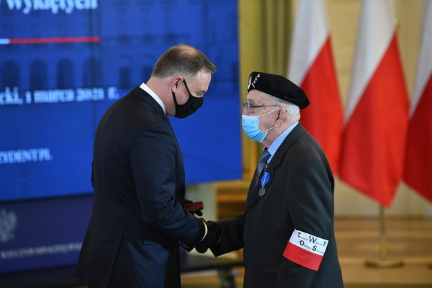 Prezydent RP Andrzej Duda (L) oraz odznaczony Medalem Stulecia Odzyskanej Niepodległości Jan Fidziński / Radek Pietruszka   /PAP