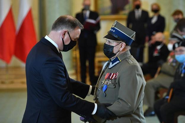 Prezydent RP Andrzej Duda (L) oraz odznaczony Medalem Stulecia Odzyskanej Niepodległości Edward Purkiewicz (P) /Radek  Pietruszka /PAP