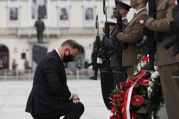Prezydent RP Andrzej Duda (L) podczas uroczystości złożenia znicza pod Pomnikiem Ofiar Tragedii Smoleńskiej 2010 r. na pl. Piłsudskiego w Warszawie / Leszek Szymański    /PAP