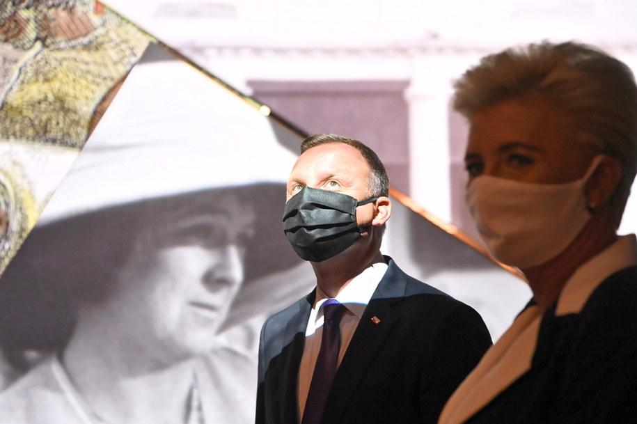 Prezydent RP Andrzej Duda (L) z małżonką Agatą Kornhauser-Dudą  podczas uroczystego otwarcia nowego budynku Muzeum Józefa Piłsudskiego /Piotr Nowak /PAP/EPA