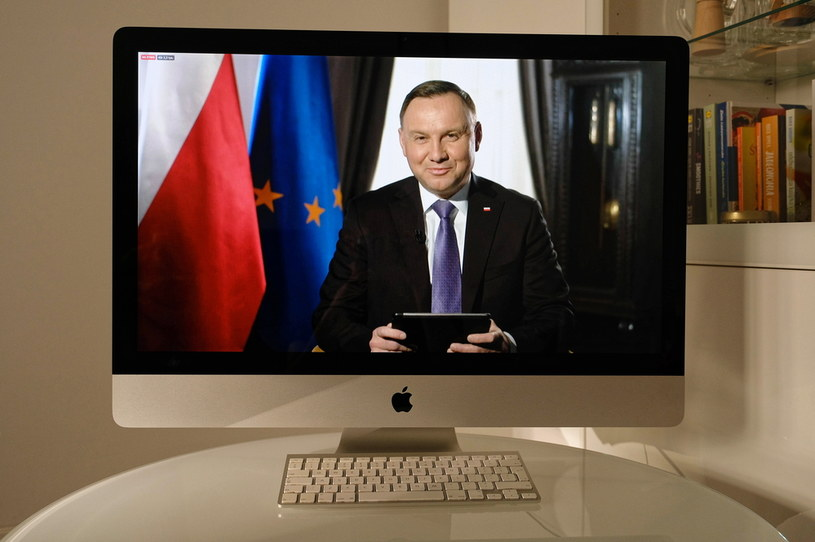 Prezydent RP Andrzej Duda (na ekranie) podczas sesji pytań i odpowiedzi - Q&A /Mateusz Marek /PAP