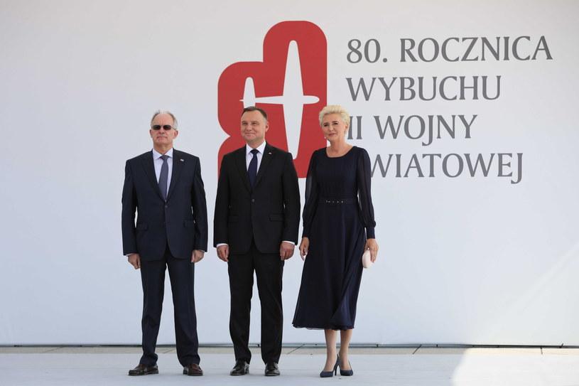 Prezydent RP Andrzej Duda wraz z małżonką oraz przewoniczący parlamentu Grecji Konstantinos Tasoulas podczas ceremonii powitania szefów zagranicznych delegacji /Leszek Szymański /PAP