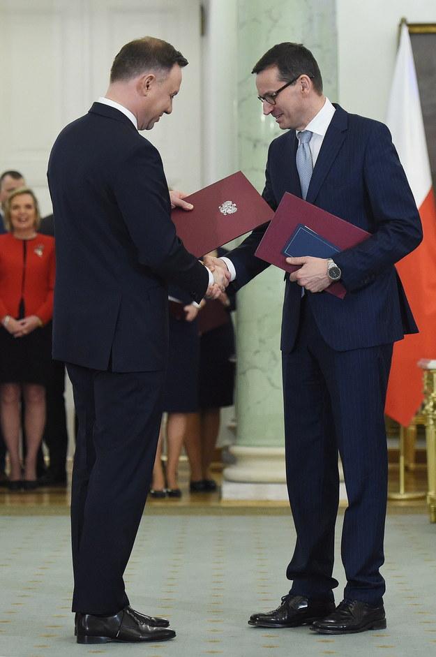 Prezydent RP Andrzej Duda wręcza akt powołania na stanowisko prezesa Rady Ministrów Mateuszowi Morawieckiemu /Radek Pietruszka /PAP