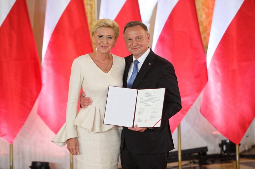 Prezydent RP Andrzej Duda z małżonką Agatą Kornhauser-Dudą podczas uroczystości wręczenia prezydentowi RP uchwały PKW.