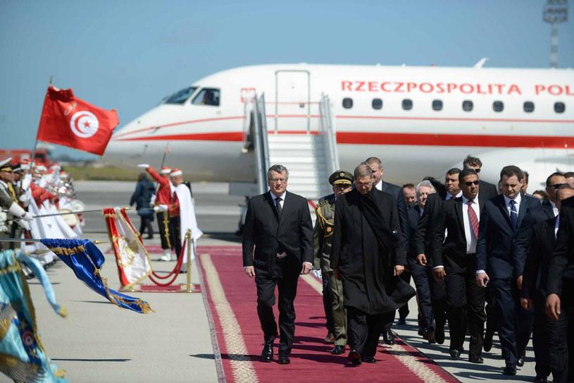 Prezydent RP Bronisław Komorowski podczas powitania na lotnisku w Tunisie /Jakub Kamiński   /PAP