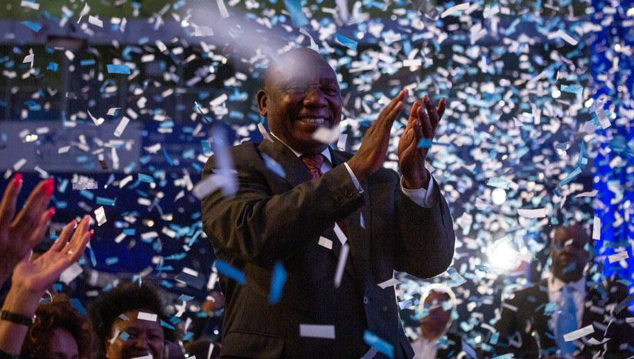 Prezydent RPA Cyril Ramaphosa świętuje zwycięstwo swojej partii /PAP/EPA
