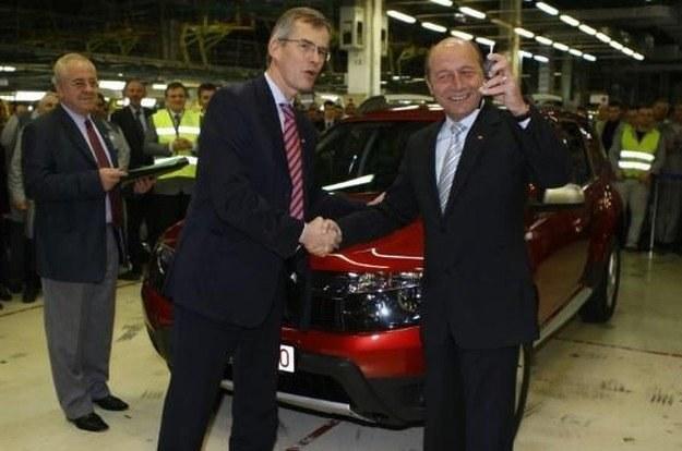 Prezydent Rumunii z kluczykami do nowego samochodu /