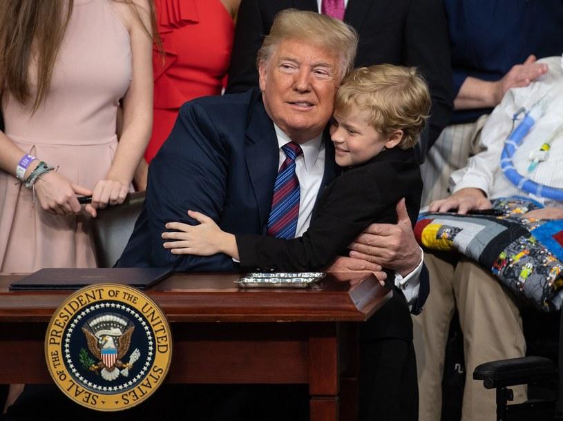 Prezydent Stanów Zjednoczonych Donald Trump z ośmioletnim chłopcem /NICHOLAS KAMM /AFP