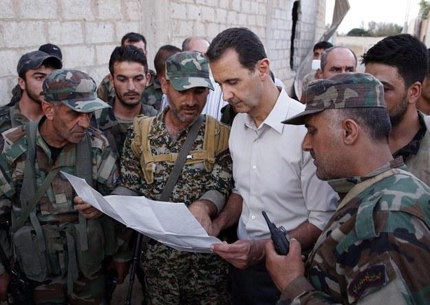 Prezydent Syrii Baszar el-Asad w otoczeniu wojskowych, 26 czerwca 2016 roku /Syrian Arab News Agency (SANA)/HANDOUT /PAP/EPA