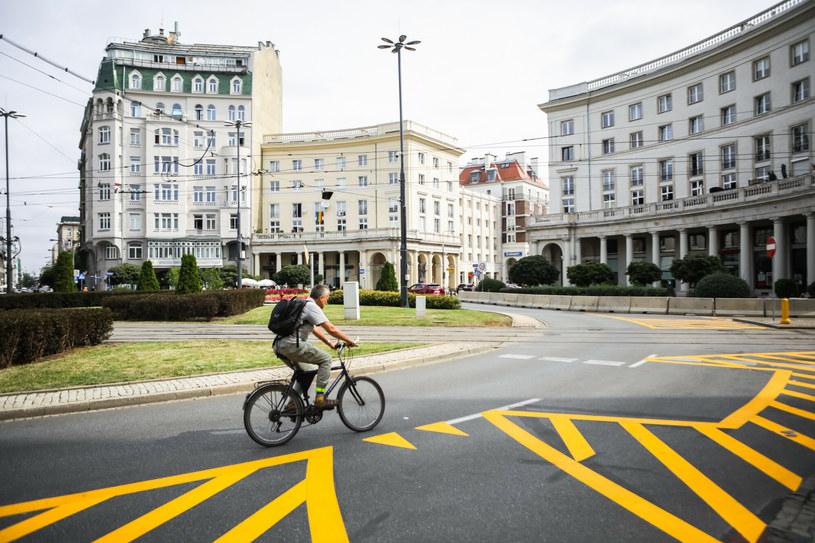 """Prezydent Trzaskowki zapowiada dalsze zabieranie jezdni kierowcom, """"bo tak robią miasta zachodnie"""". A Warszawa nie ma nawet jednej pełnej obwodnicy /Adam Burakowski /Reporter"""