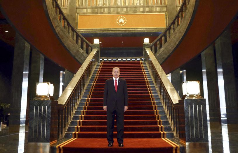 Prezydent Turcji Recep Tayyip Erdogan wewnątrz swojego wystawnego pałacu /AFP