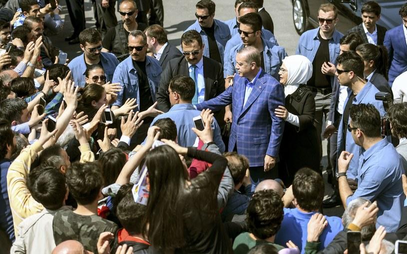 Prezydent Turcji z żoną w drodze do lokalu wyborczego /AFP