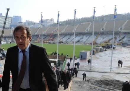 Prezydent UEFA Michel Platini niedawno wizytował stadion w Kijowie /AFP