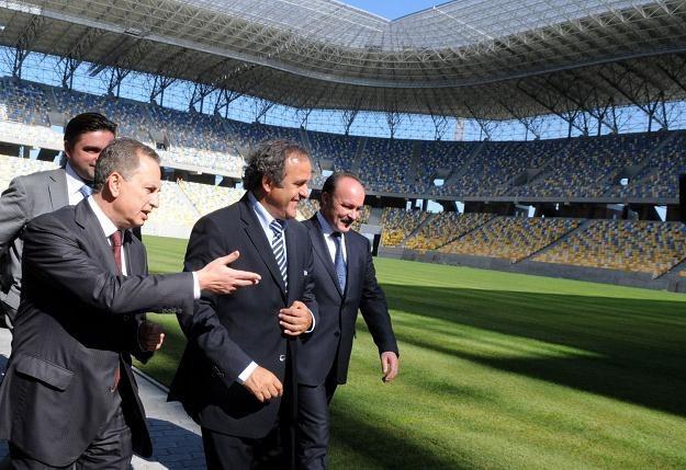 Prezydent UEFA Michel Platini podczas wizytacji stadionu we Lwowie /AFP