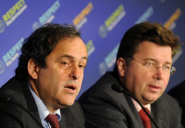 Prezydent UEFA Michel Platini (z lewej) obok Martina Kallena /AFP