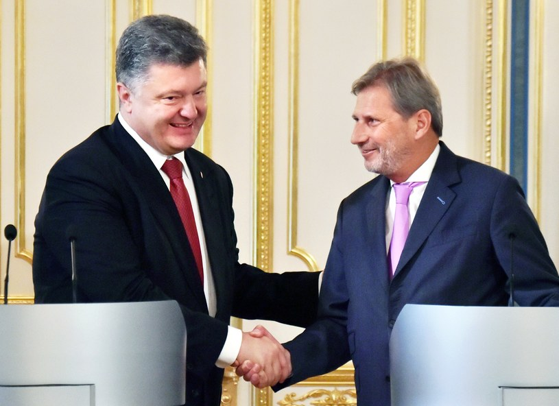 Prezydent Ukrainy Petro Poroszenko i Johannes Hahn /AFP