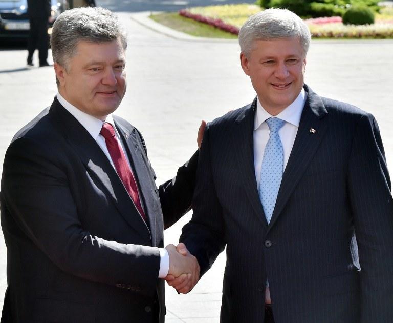 Prezydent Ukrainy Petro Poroszenko i kanadyjski premier Stephen Harper /SERGEI SUPINSKY / AFP /AFP