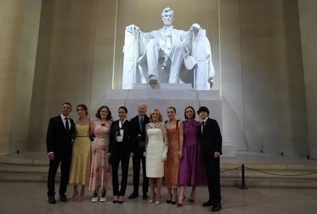 """Prezydent USA Joe Biden (C-L) i pierwsza dama Jill Biden (C-R) pozują z rodziną przed pomnikiem Abrahama Lincolna podczas wydarzenia """"Celebrating America '' /JOSHUA ROBERTS / POOL /PAP/EPA"""