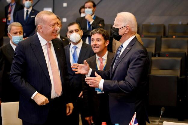 Prezydent USA Joe Biden rozmawia podczas szczytu NATO  z tureckim prezydentem Recepem Tayyipem Erdoganem /OLIVIER MATTHYS / POOL /PAP/EPA