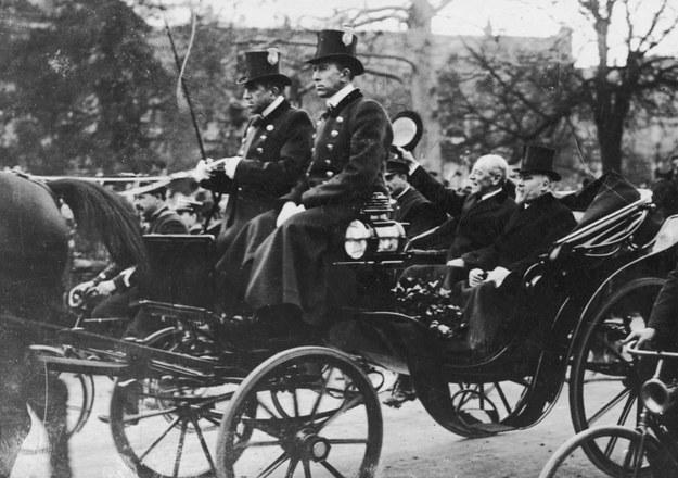 Prezydent USA Thomas Woodrow Wilson (trzyma w ręku kapelusz) i prezydent Francji Raymond Poincare (obok Amerykanina) w powozie, po przyjęciu Paktu Ligi Narodów na posiedzeniu plenarnym konferencji paryskiej /Z archiwum Narodowego Archiwum Cyfrowego
