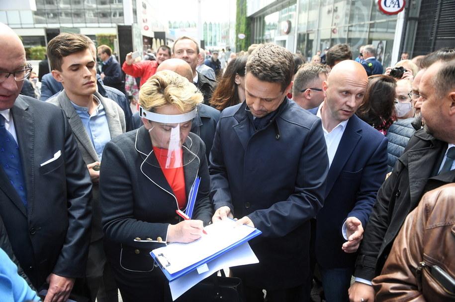 Prezydent Warszawy, kandydat na prezydenta Rafał Trzaskowski podczas akcji zbierania podpisów poparcia / Radek Pietruszka   /PAP