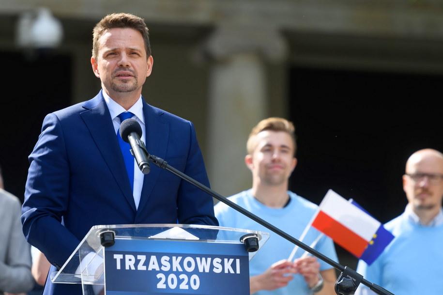 Prezydent Warszawy, kandydat PO w wyborach na prezydenta RP Rafał Trzaskowski podczas przemówienia /Jakub Kaczmarczyk /PAP/EPA
