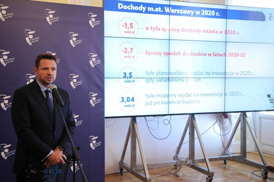 Prezydent Warszawy Rafał Trzaskowski podczas konferencji ws. sytuacji budżetowej stolicy /Wojciech Olkuśnik /PAP