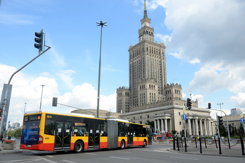 Prezydent Warszawy Rafał Trzaskowski zapowiedział podwyżki cen biletów komunikacji miejskiej i opłat za parkowanie. /Jan Bielecki /East News