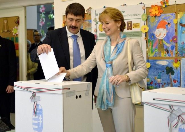 Prezydent Węgier Janos Ader i jego żona podczas głosowania /PAP/EPA/LASZLO BELICZAY /PAP/EPA