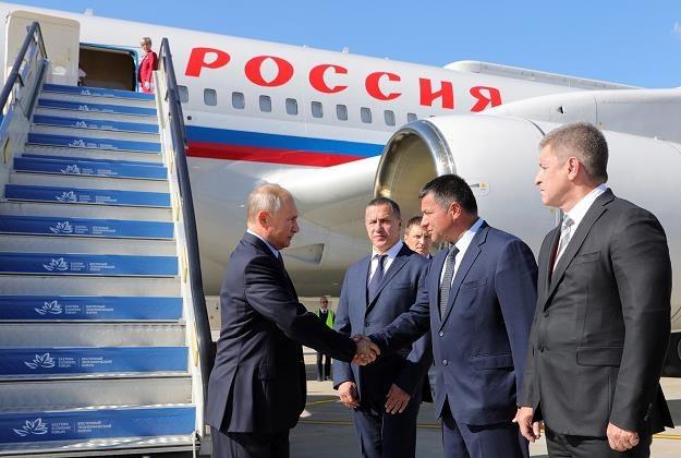 Prezydent Władimir Putin (L)  wita się z gubernatorem Kraju Nadmorskiego Andriejem Tarasenką (2P) /EPA