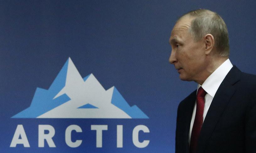 Prezydent Władimir Putin realizuje plan rosyjskiej dominacji w kole podbiegunowym /SERGEI KARPUKHIN /AFP