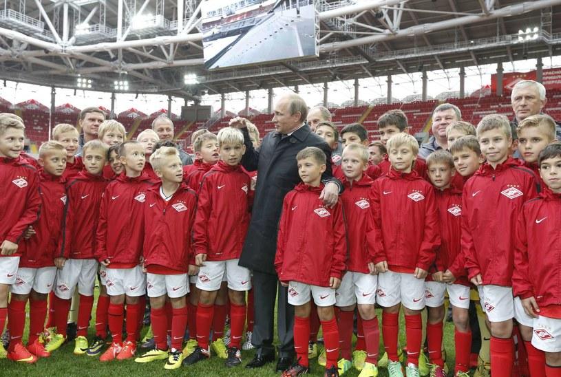 Prezydent Władimir Putin z juniorami Spartaka podczas otwarcia nowego stadionu /AFP