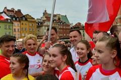 Prezydent z grupą młodych siatkarzy wziął udział w naszej sztafecie. Przekazał flagę politykom